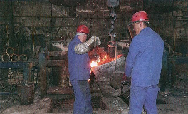 Les fondeurs de Sodafom préparent la coulée du métal en fusion dans un moule.