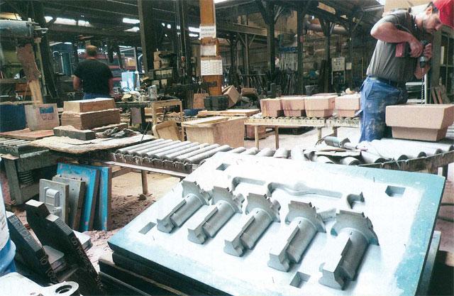 Chez Sodafom, trois chantiers fabriquent les moules en silice mélangé à une résine polymérisée, à partir du modèle. Ces moules en deux parties reçoivent ensuite la coulée du métal en fusion.
