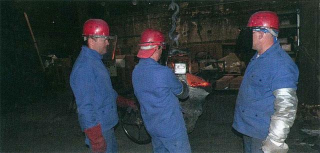 Les fondeurs de Sodafom préparent la coulée. L'un d'entre eux mesure la température du métal en fusion, avant de le verser dans le moule.